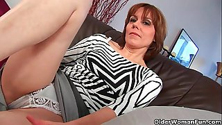 Mature mom spreads her hairy..